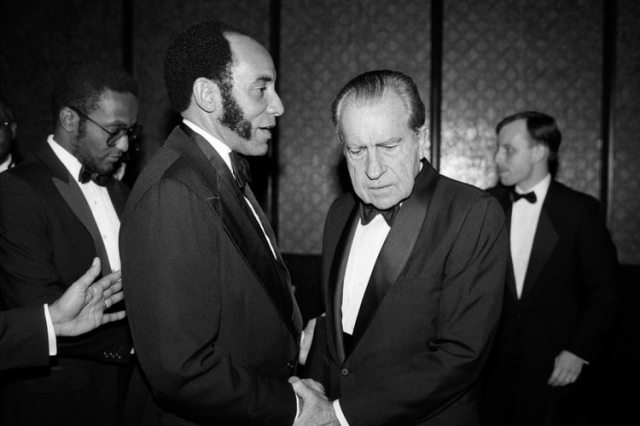El expresidente estadounidense Richard Nixon le da la mano a Earl G. Graves, fundador de la revista Black Enterprise, en una cena el 17 de octubre de 1985. (Ruby Washington/The New York Times)
