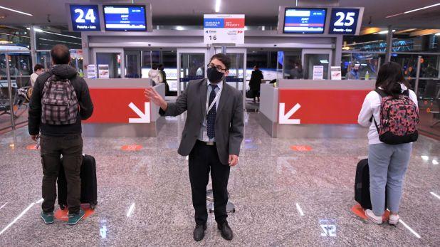 Télam 22/10/2020 Buenos Aires:Aerolíneas Argentinas reinició hoy la operatoria regular, que estaba suspendida desde el 20 de marzo por la pandemia de coronavirus, con un vuelo que se llevó a cabo en medio de estrictos controles sanitarios. Foto: Julián Alvarez