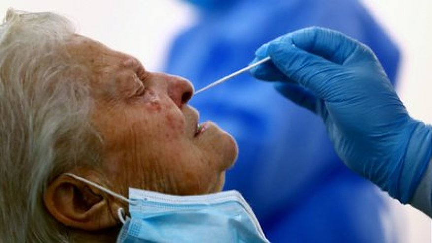 It is a nasopharyngeal swab test performed by a health professional (REUTER / Sergio Pérez)
