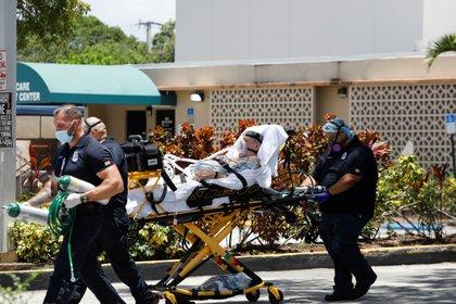 Un hombre es llevado a un hospital en Hialeah, Florida. REUTERS/Marco Bello