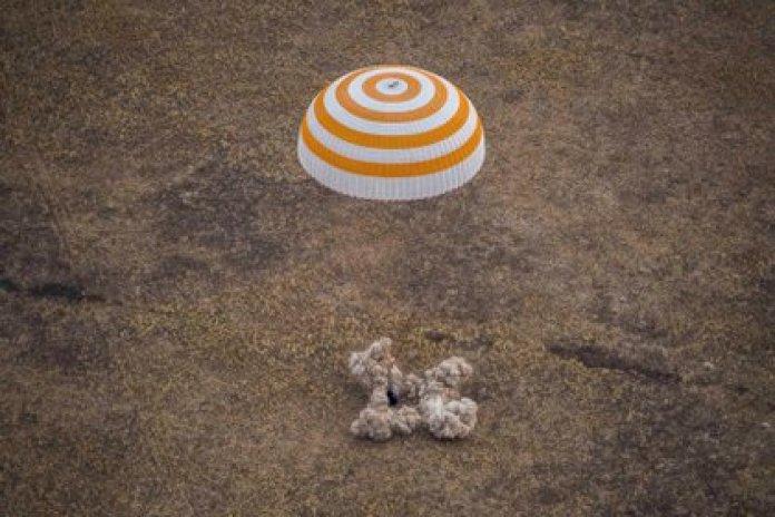 El aterrizaje en la estepa de Kazajistán puso fin a una misión de 196 días que empezó con el primer lanzamiento espacial realizado durante el confinamiento por el coronavirus (GCTC/Russian space agency Roscosmos/Handout via REUTERS)