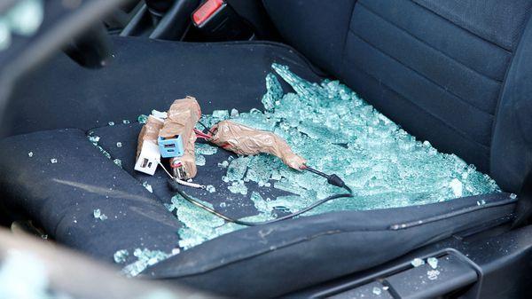 Los cargadores USB y los cables sospechosos encontrados en el interior del BMW (Reuters)