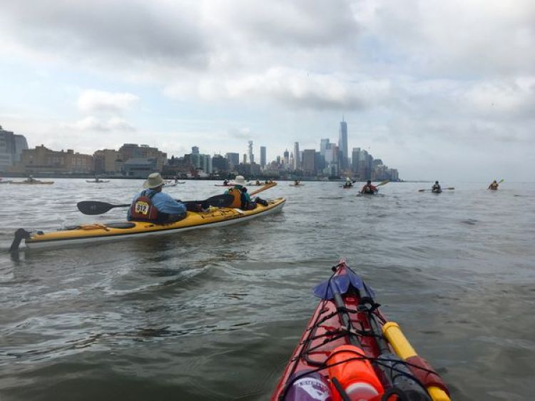 "Cada año, el Yonkers Paddling and Rowing Club esponsoriza el ""Manhattan Circ"", una travesía en kayaks alrededor de la isla de Manhattan (David Brown/The Washington Post)"