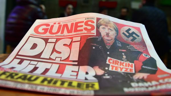 Un diario oficialista turco caricaturizó a Merkel como Hitler