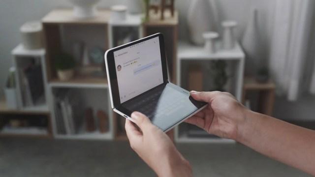 Surface Duo es una de las apuestas más relevantes de Microsoft para volver al mercado de los dispositivos móviles. (Foto: Microsoft/AFP)