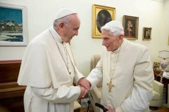 Francisco y Benedicto XVI, en un encuentro a fines de 2018 (Reuters)