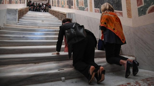 Dos mujeres asisten a la apertura extraordinaria de la Escalera Santa este jueves en la Basílica de San Juan de Letrán, Roma. El Vaticano exhibió hoy por primera vez en trescientos años la conocida como Escalera Santa, por la que según la tradición subió Jesús de Nazaret para ser juzgado (EFE/ Alessandro Di Meo)