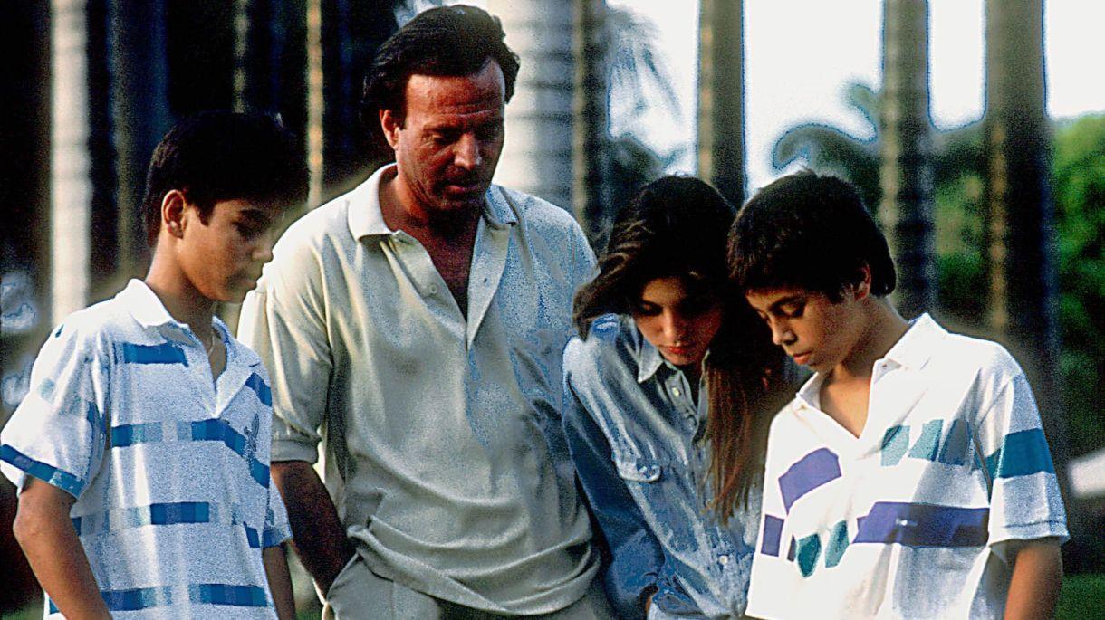 Julio Iglesias y sus hijos siempre han sido muy unidos como dijo Miranda Rijnsburger, su esposa, con quien cumplió 30 años de casado.  (Foto: Globe Photos/mediapunch/Shutterstock)