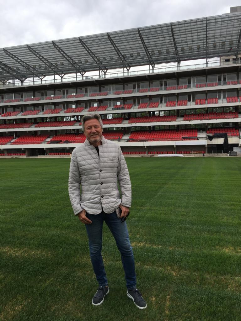 Quince años después, el arquitecto Lombardi en el estadio de su club que presidió, antes de la gestión de Juan Sebastián Verón.