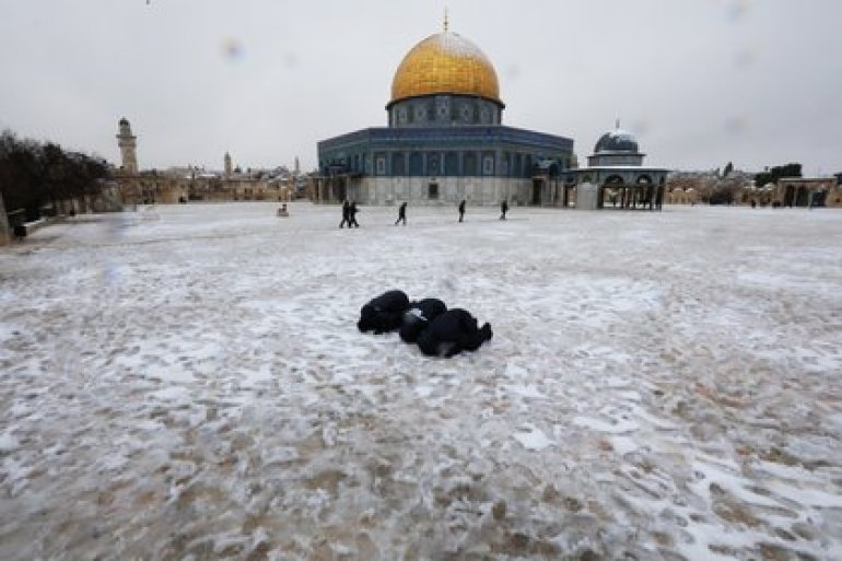Muslims pray by the Dome of the Rock on a snowy morning in Jerusalem's Old City, February 18, 2021. REUTERS / Ammar Awad