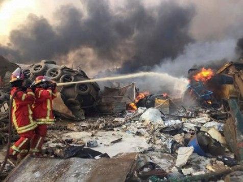 Foto del martes de bomberos trabajando tras una explosión en Beirut (Reuters/ Mohamed Azakir)