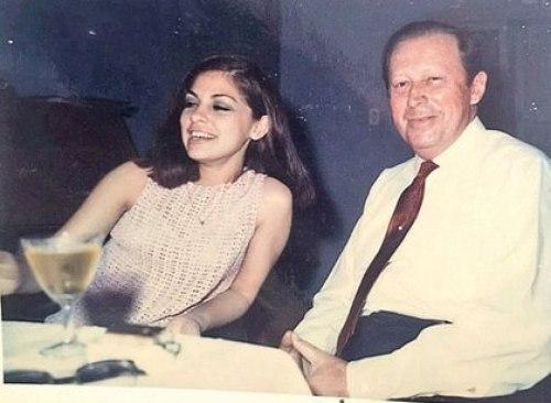 Michele Fleitas junto a Alfredo Stroessner en una foto sin fecha. Una cifra no oficial que en algún momento circuló en el establishment paraguayo habla de 34 hijos no reconocidos comprobados del dictador