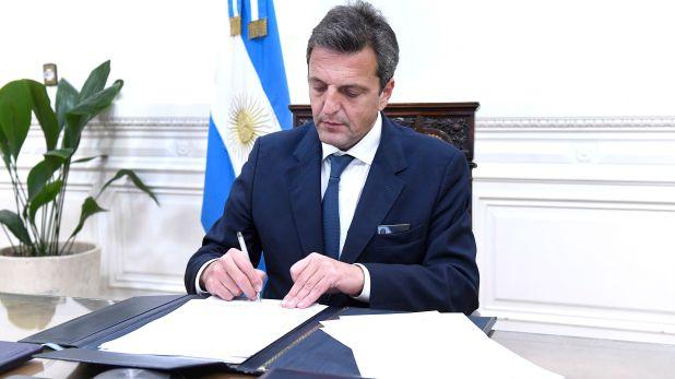 Sergio Massa firma el proyecto con media sancion de aborto legal que se dirige al Senado