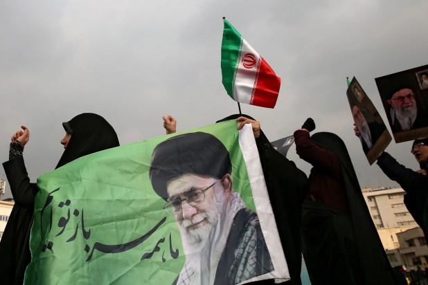 Manifestación a favor del régimen en Teherán el 25 de noviembre (Nazanin Tabatabaee/WANA West Asia News Agency via REUTERS)
