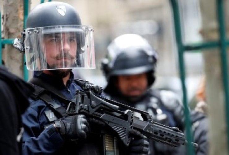 Un policía en el lugar de un incidente cerca de las antiguas oficinas de la revista francesa Charlie Hebdo, en París, Francia, el 25 de septiembre de 2020 (REUTERS/Gonzalo Fuentes)