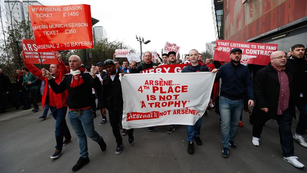 """""""El cuarto puesto de la tabla no es un trofeo"""", dice una de las manifestaciones de los fanáticos (Reuters)"""