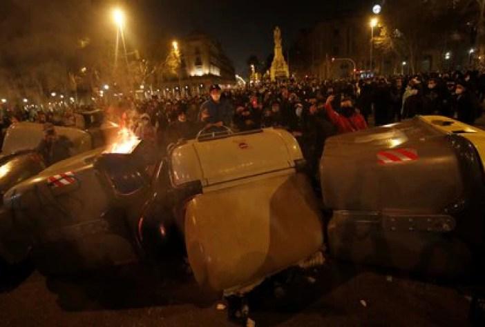 Manifestantes detrás de la barricada en el centro de Barcelona (REUTERS/Albert Gea)