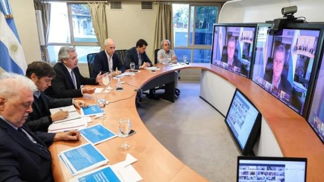 Alberto Fernández, junto a Axel Kicillof y Horacio Rodríguez Larreta, en teleconferencia con jefes provinciales. Los gobernadores advierten sobre necesidades de fondos.