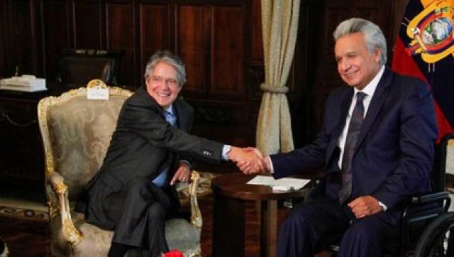 El presidente electo Guillermo Lasso junto a Lenín Moreno (Presidencia de Ecuador vía Reuters)