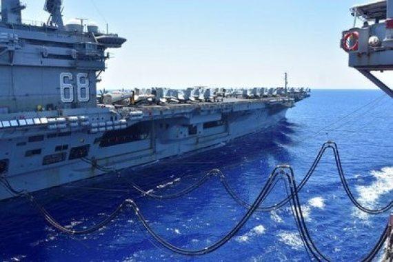 El buque estadounidense USS Nimitz recibe una recarga de combustible en el Mar del Sur de China, a inicio de julio (Reuters)