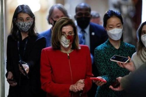 La presidenta de la Cámara de Representantes de EEUU, Nancy Pelosi, habla con la prensa en Capitol Hill, Washington, EEUU, 3 diciembre 2020. REUTERS/Tom Brenner/