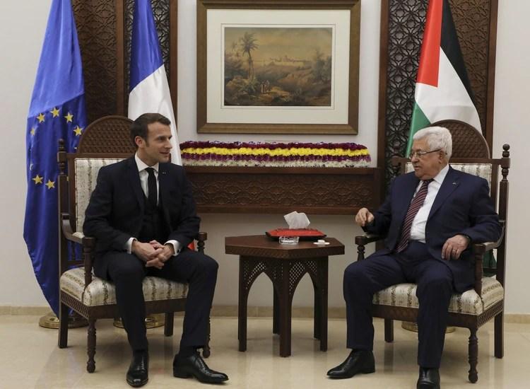 El presidente palestino Mahmoud Abbas se reunió con Macron en Ramallah, Cisjordania, el 22 de enero de 2020 (Abbas Momani/Pool via REUTERS)