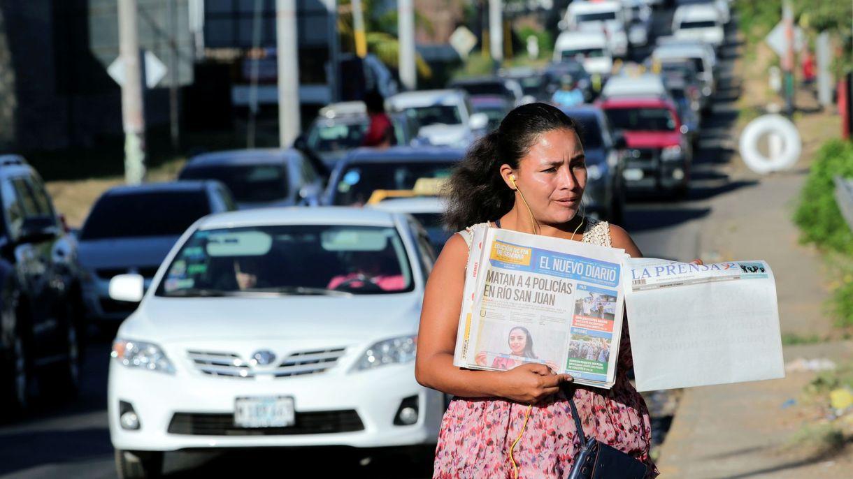 Una vendedora ofrece periódicos en Managua (Reuters/Archivo)