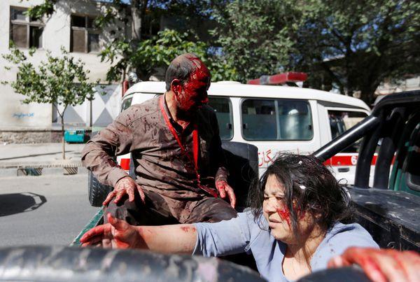 Una mujer afgana herida llegando al hospital (Reuters)