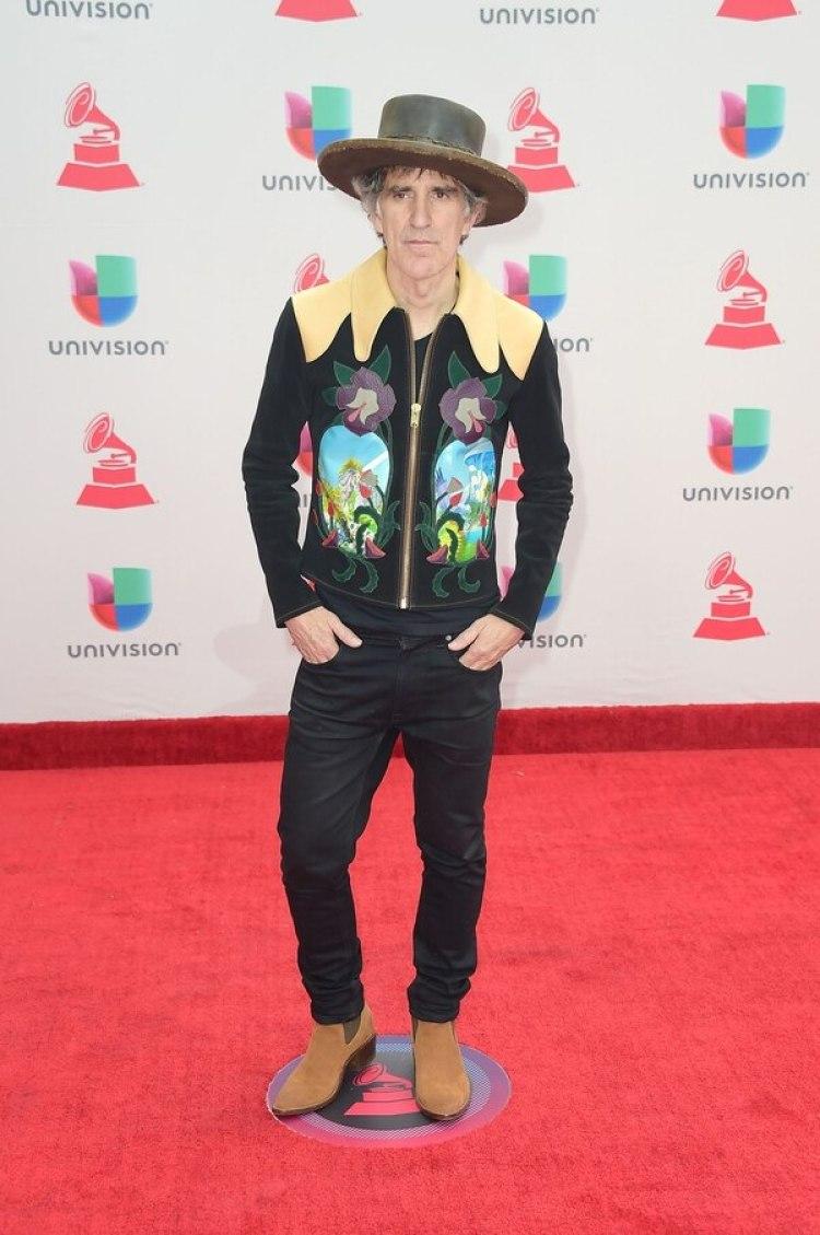 Mikel Erentxun, un look country, el cantautor venezolano estuvo presenteenla gala de los Grammy. Campera estampada con flores, chupines negros, botas texanas y sombrero.