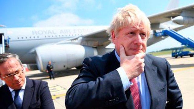 El primer ministro del Reino Unido, Boris Johnson, tras descender del RAF voyager