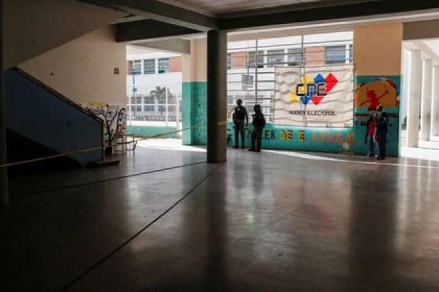 Miembros de la Guardia Nacional Bolivariana de Venezuela en una escuela prácticamente vacía de votantes en Caracas (Reuters)