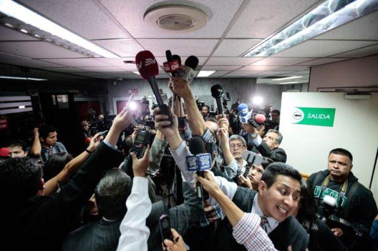Periodistas ecuatorianos graban el veredicto del juez de la Corte Nacional de Justicia de Ecuador, Miguel Jurado, en un audiencia contra el vicepresidente de Ecuador Jorge Glas (EFE/José Jácome)