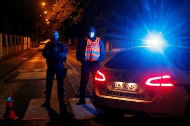 Oficiales de la Policía francesa aseguran el área cerca de la escena del ataque con arma blanca en el suburbio parisino de Conflans St Honorine en la noche del 16 de octubre de 2020. REUTERS/Charles Platiau