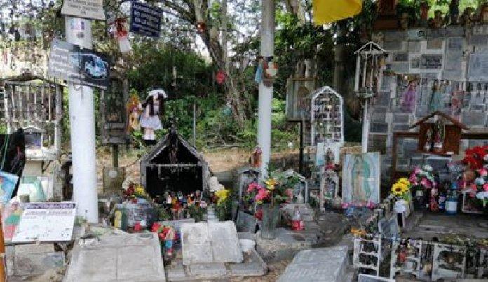 La tumba de Omayra es hoy un lugar de peregrinación para las víctimas sobrevivientes a la tragedia de Armero y para quienes conmemoran este desastre natural ocurrido en Colombia (Caracol Radio)