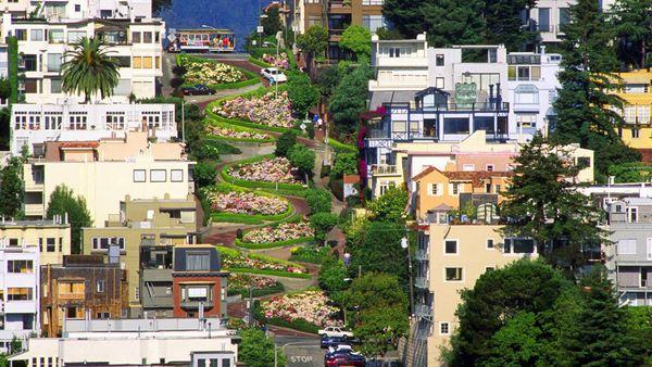 En San Francisco, California, la calleLombard es famosa por sus ondulaciones y colorido