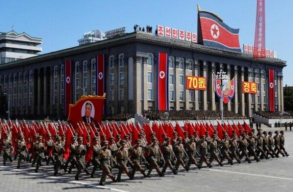 Soldados marcha con la imagen de Kim Il-sung (Reuters)