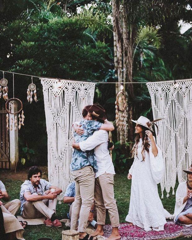 La boda rompió con todas las tradiciones de ceremonias convencionales.  Para dar el sí, estaban descalzos, sentados en círculo rodeados de amigos y familiares (@rosiestips)