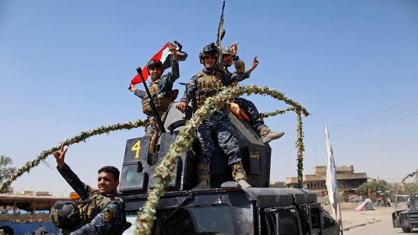 Soldados iraquíes celebran una victoria inminente en Mosul, el otro gran frente donde el ISIS retrocede (Reuters)