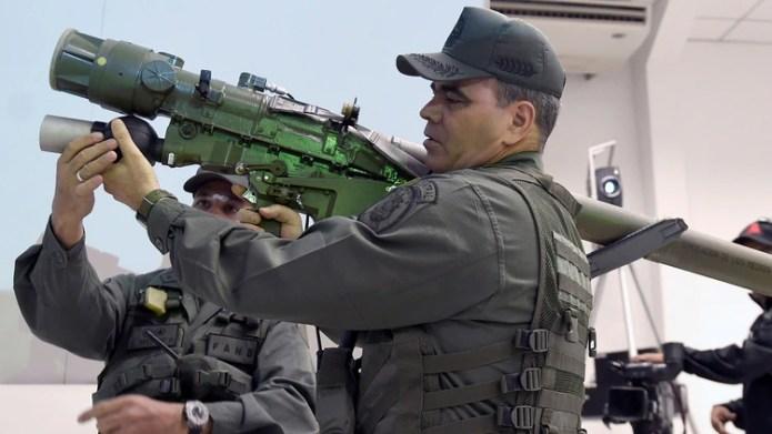 Vladimir Padrino López probando armamento ruso en Venezuela (AFP)