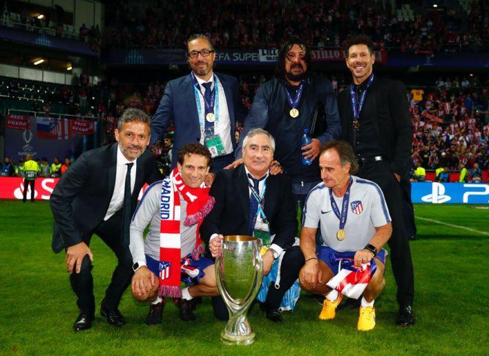 El equipo técnico del Atlético Madrid. Arriba de izquierda a derecha:  Pablo Vercellone, German Burgos, Diego Simeone . Abajo: Nelson Vivas, Carlos Menéndez , José Luis Pasques y Oscar Ortega.
