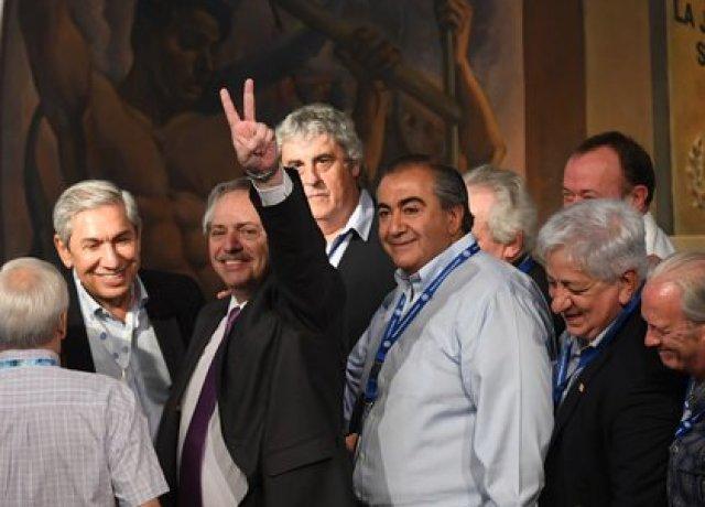 Los hermanos Rodolfo y Héctor Daer rodean a Alberto Fernández, en su visita a la CGT de noviembre de 2019