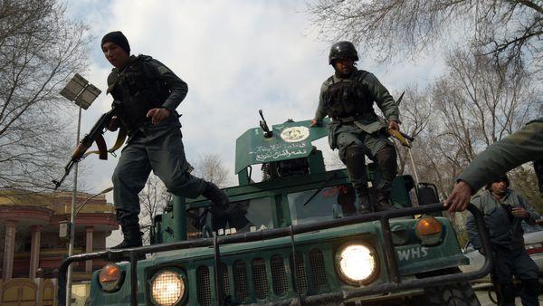 Las fuerzas de seguridad de Afganistán llegando al lugar del ataque (AFP)