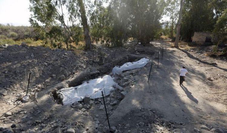 Un hombre camina junto a la excavación (AFP)