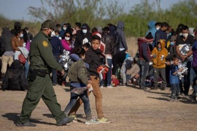 Foto de archivo ilustrativa de un agente fromterizo de Estados Unidos acompañando a dos niños centroamericanos a refugiarse en La Joya, Texas Mar 19, 2021. REUTERS/Adrees Latif