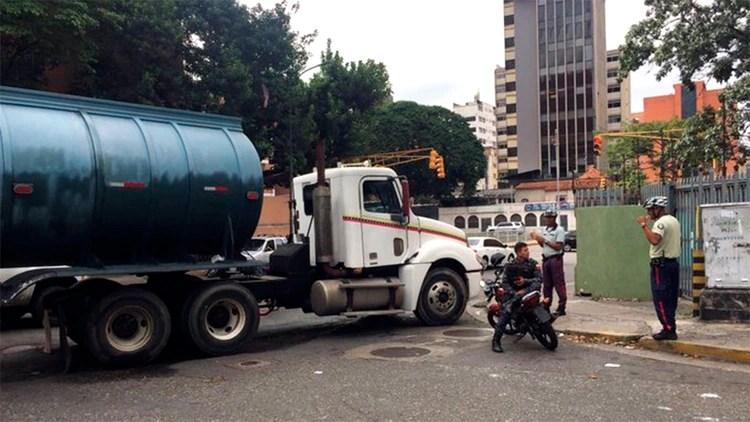 El camión de combustible que bloquea una calle por la que debían salir los diputados rumbo a la Asamblea Nacional (@2001OnLine)