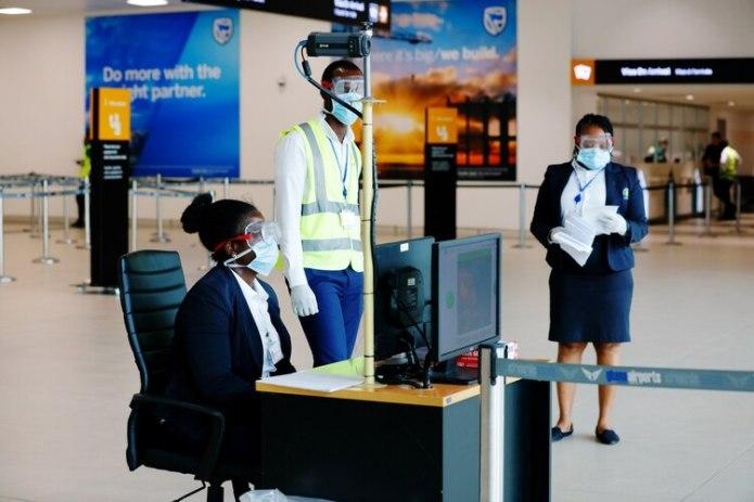 Trabajadores de la salud a cargo de los chequeos por el coronavirus eb el Aeropuerto Internacional de Kotoka, en Accra, Ghana (REUTERS/Francis Kokoroko)