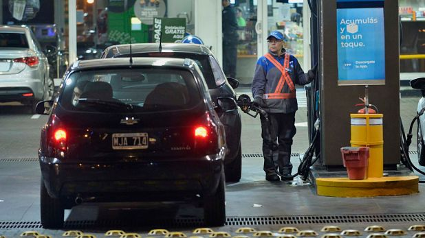 Las estaciones de servicio mantendrán guardias mínimas y piden que los conductores no se bajen de los autos (Foto: Gustavo Gavotti)