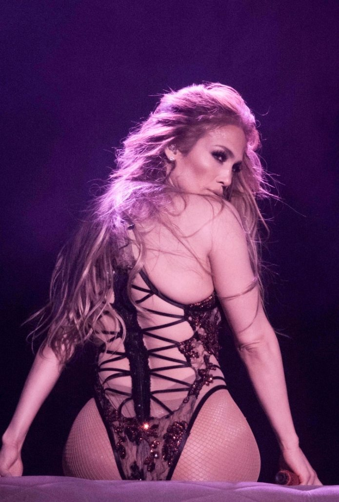 "Jennifer Lopez durante un baile de ""striptease"" en su show ""All I have"" de Las Vegas (Splash News/The Grosby Group)"