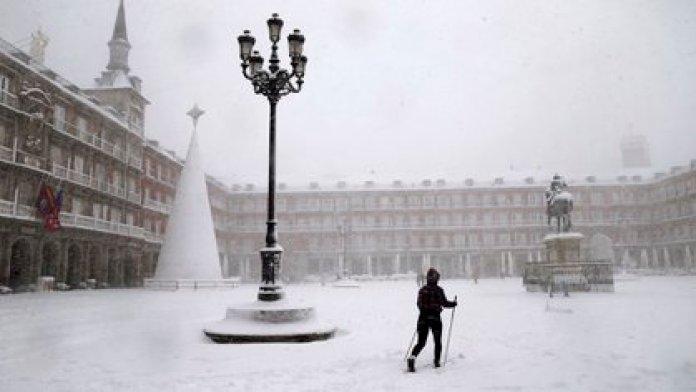 Una mujer esquía en la Plaza Mayor de Madrid este sábado (AP Photo/Andrea Comas)