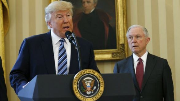 El presidente Donald Trump junto a Jeff Sessions